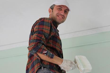 Sergio Scimé tra i volontari che restauranoVilla Grifasi dopo anni di abbandono