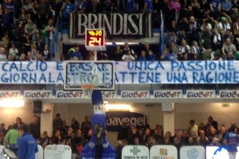 striscione giornalista Brindisi