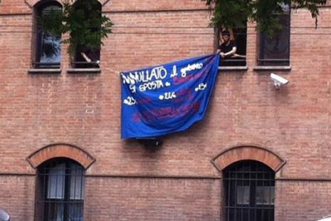 Lo striscione dei manifestanti ©repubblica.it