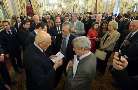 Il Presidente Napolitano sfoglia l'ebook di Ossigeno