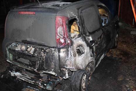 L'auto di Centore data alle fiamme